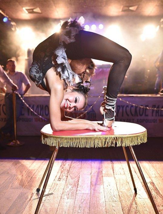akrobatika-plastika-kauchuk-seksi-foto-pizdenok-zvezd